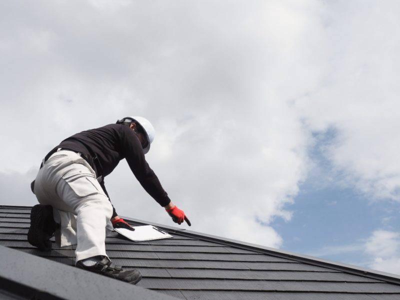 屋根チェックする職人