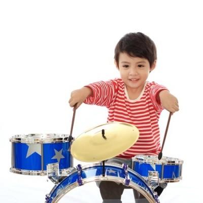 ドラムセットを叩く男の子