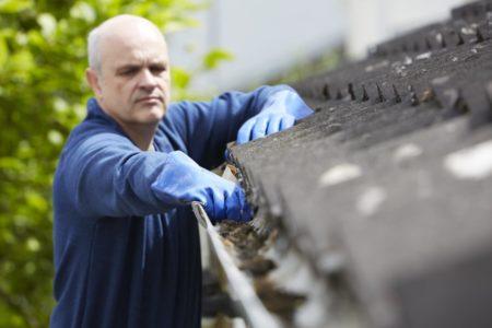 雨樋掃除の男性