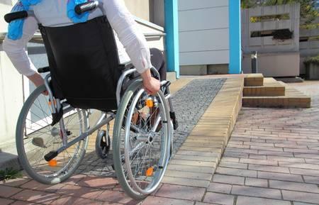 バリアフリーを利用する車椅子に乗った人