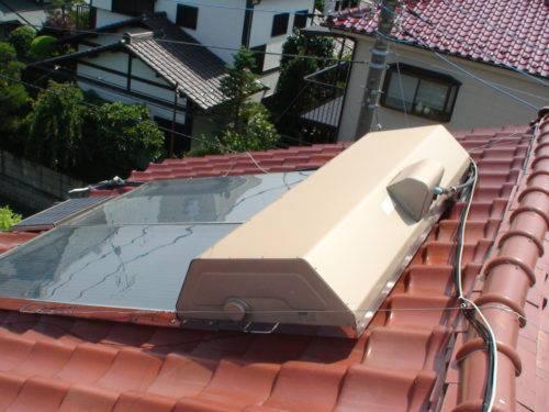 使われず放置されている太陽熱温水器