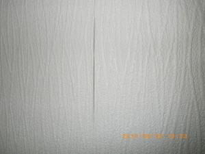 切り目がはっきりと浮いた壁紙