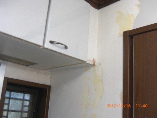 汚れた壁紙を全て剥がした状態
