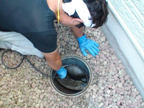 排水管を洗浄する作業員