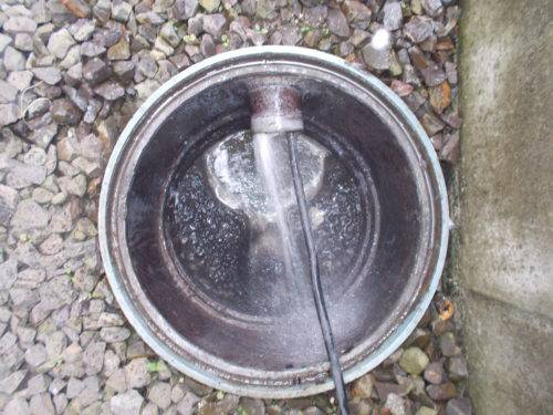 排水管を掃除する様子