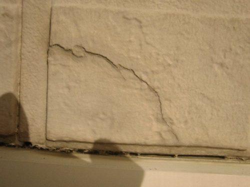 経年劣化によりできた外壁のひび割れ(2)