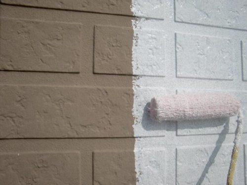 外壁を塗装している様子