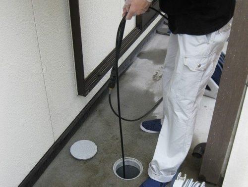 排水管の奥まで高圧洗浄機を入れていく様子