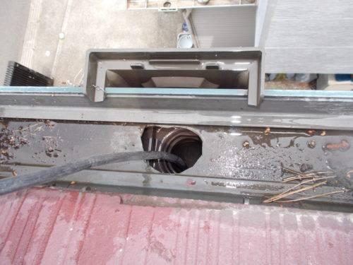 雨樋の管の内部にも高圧洗浄機を通して洗浄する様子