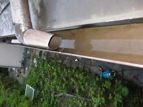 洗浄し終わった雨樋(別アングルからの撮影)