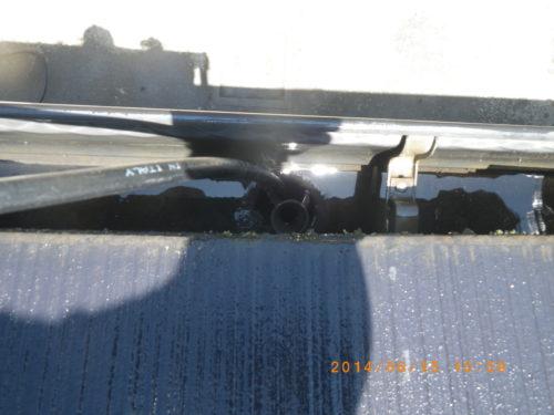 高圧洗浄機で雨樋を洗浄する様子(間近での撮影)