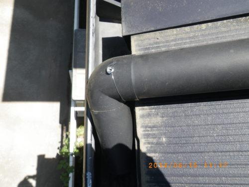 傾いた雨樋の管を元の位置に戻した状態