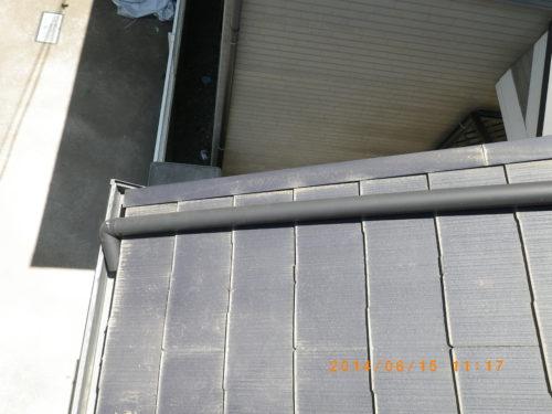 ステンレス線で固定された雨樋の管