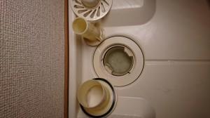 洗濯機の排水口の中のコップを外した状態