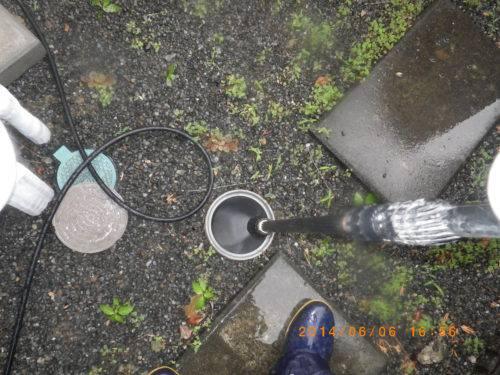 排水管を高圧洗浄機で清掃している様子