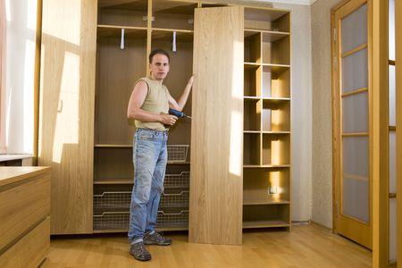 クローゼット扉を修理する男性