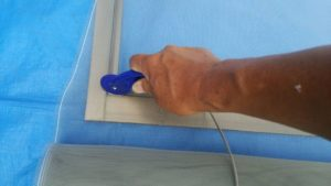 ローラーを使い、押さえゴムをサッシに押し込む