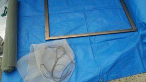 網を網戸から引き剥がす