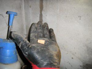 ドリルの穴と同じ径の木栓を用意