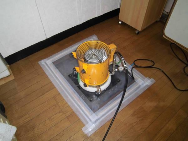床下点検口にシロアリ発泡施工の機材を取り付けたところ