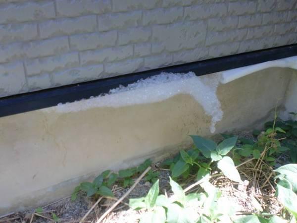 床下基礎パッキンからシロアリ発泡施工の泡が吹き出しているところ