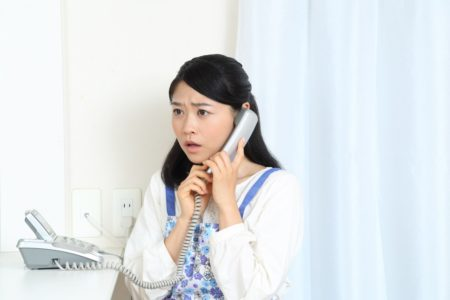 電話を掛ける人