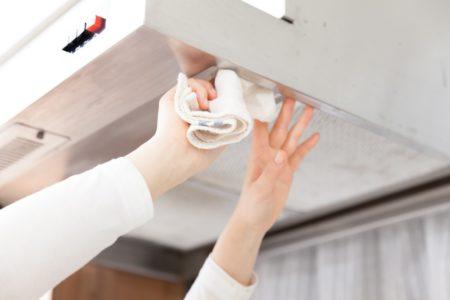 換気扇掃除する女性