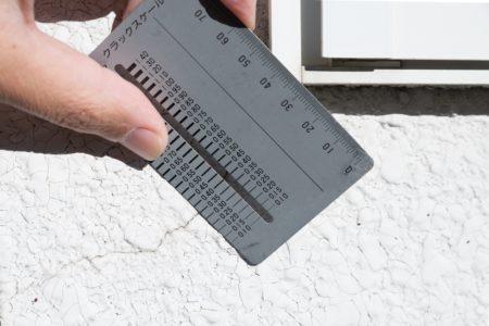 外壁のひびの長さを測る