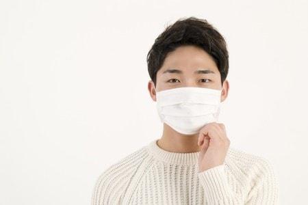 マスクをする人
