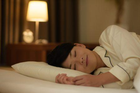 熟睡する人