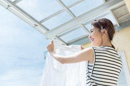 ベランダで洗濯物を干す主婦