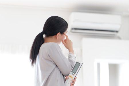 エアコン悩む女性