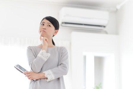 エアコン考える女性