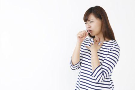 咳苦しむ女性