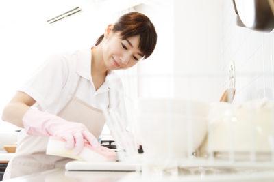 掃除をする女性2