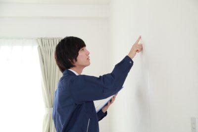 壁紙を触る人