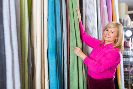 カーテンを選ぶ女性