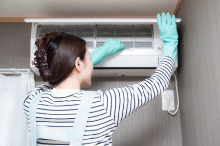 エアコン掃除中女性