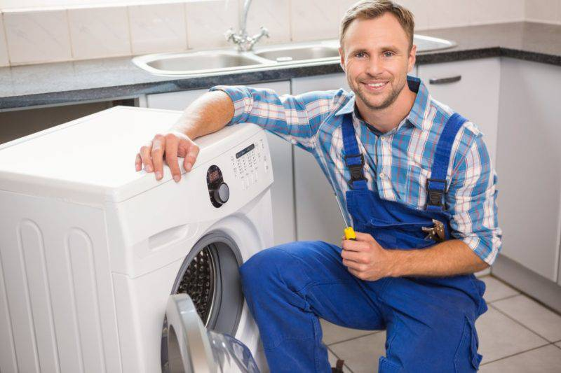 洗濯機と笑顔の男