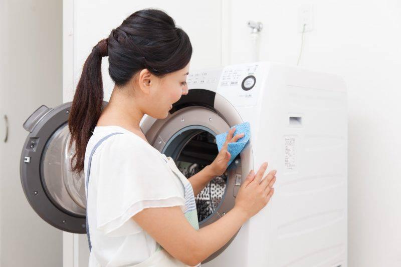 洗濯機手入れ中女性