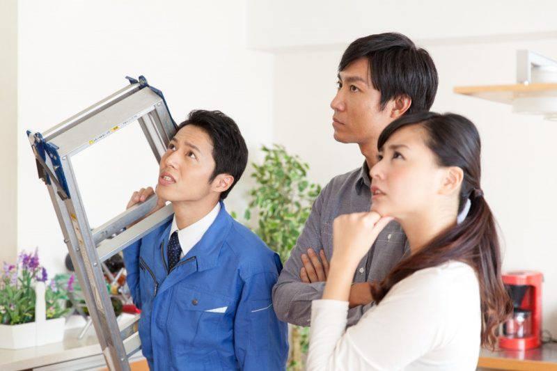 脚立の業者と男女