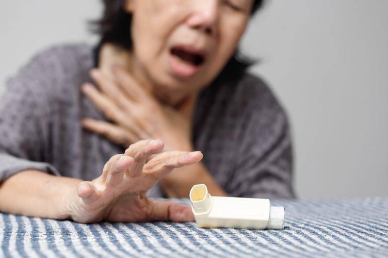 喘息に苦しむ女性