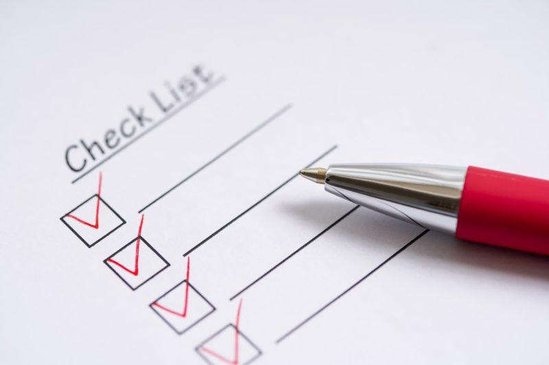 赤ボールペンとチェック済リスト