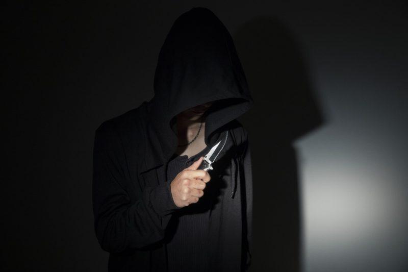 ナイフを持つ犯人