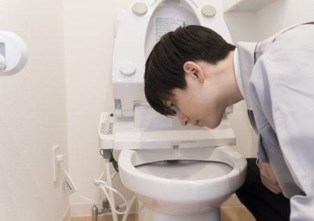 若い業者トイレ凝視