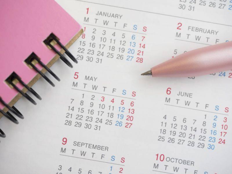 カレンダーとノートと鉛筆