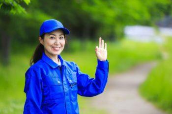 青作業着の女性