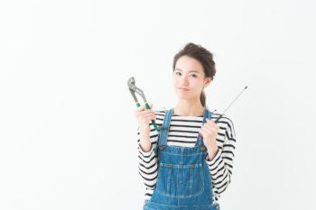 工具持ちつなぎ女性