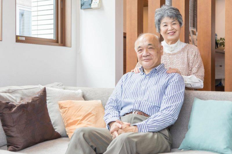 ソファーの老夫婦