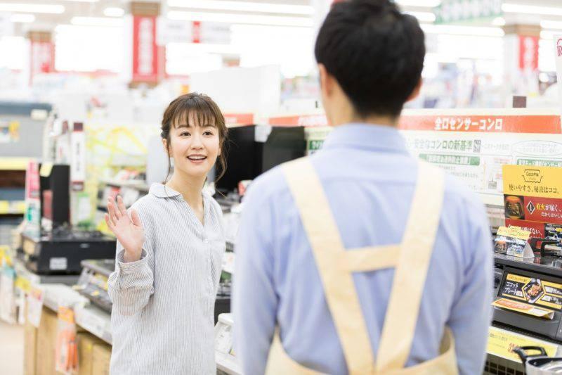 店員に手を振る女性